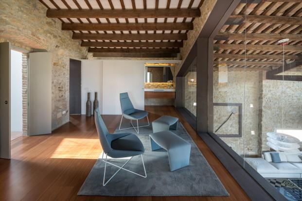 interiorismo de una masia rusticoa de diseno en gerona