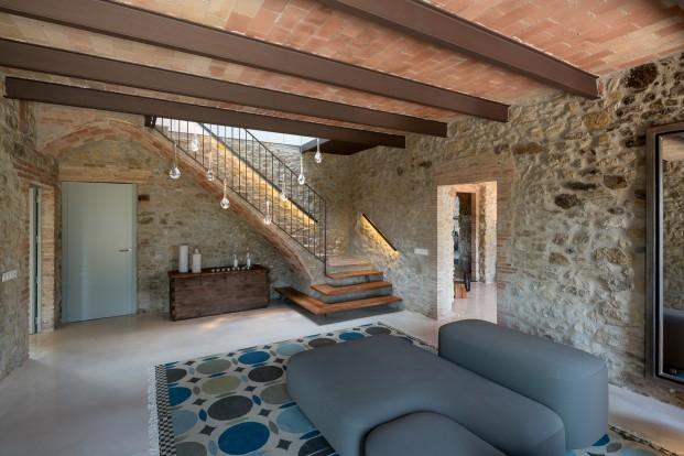interior Mas Moscat en Pals alfombra gan y sofa vicarbe en diariodesign