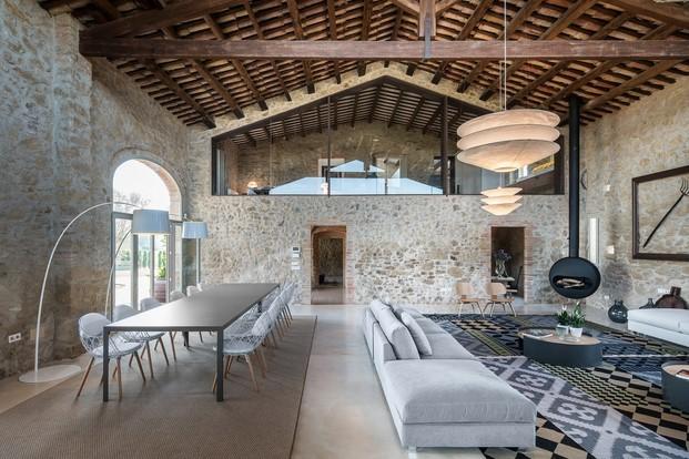 masia reformada con muebles de vitra gan ingo mauer chimenea bubble por Gloria Duran en diariodesign