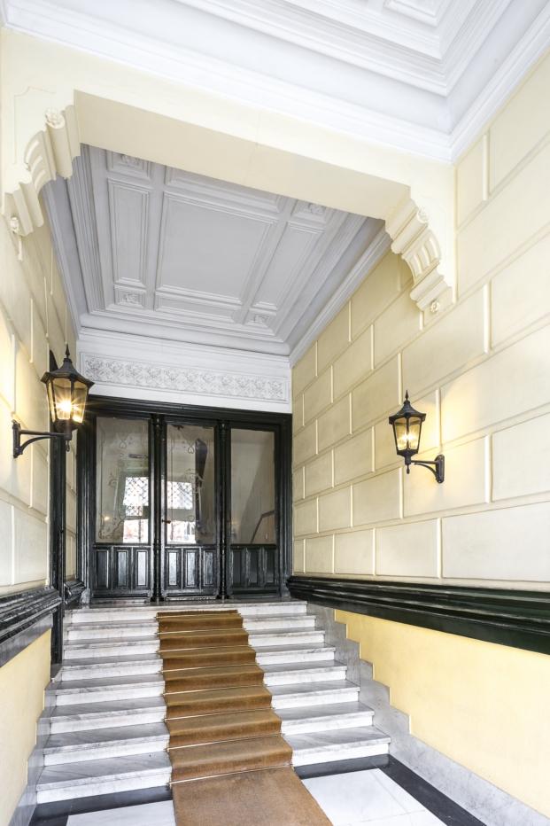 entrada elegente edificio del barrio de los jeronimos