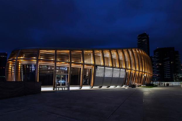 Edificio Unicredit de michele de lucchi vista nocturna milan