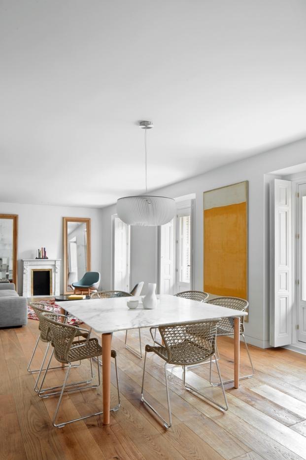 mesa de marmol en apartamento en madrid con obras de arte diariodesign
