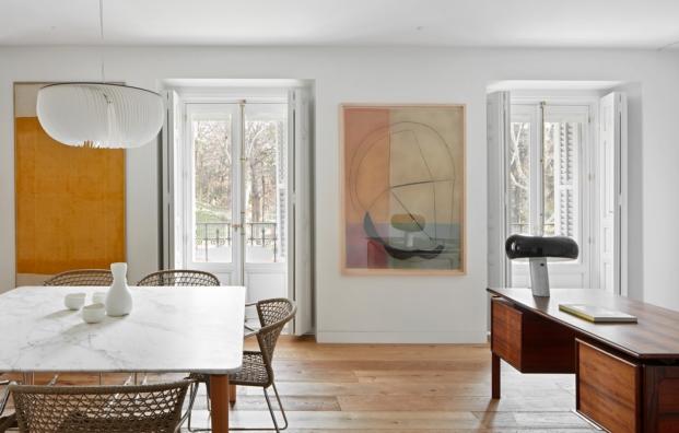 lampara lintalux en apartamento con obras de arte en diariodesign