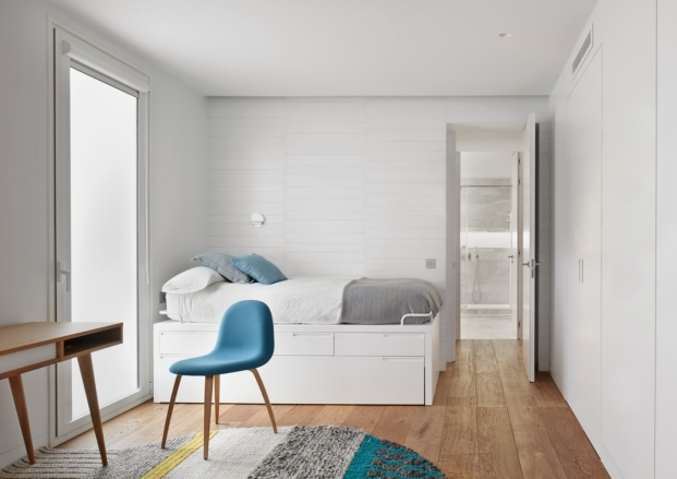 habitacion juvenil de apartamento en madrid con obras de arte diariodesign