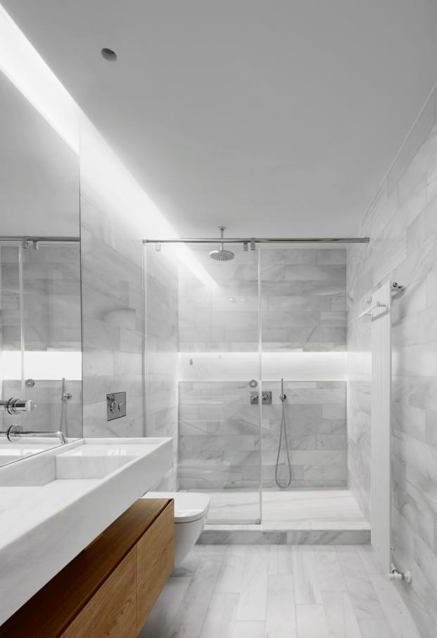 bano de marmol blanco de macael en apartamento en madrid con obras de arte diariodesign