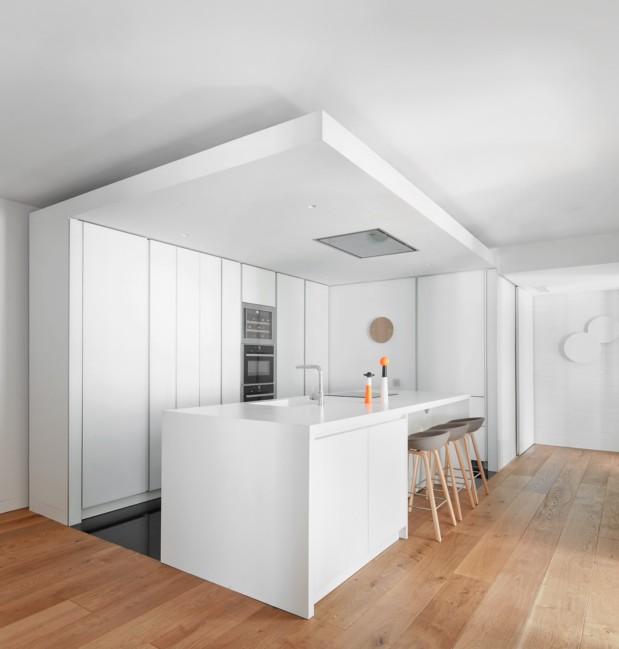 cocina blanca de apartamento en madrid diariodesign