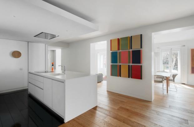 cocina de apartamento en madrid con obras de arte diariodesign
