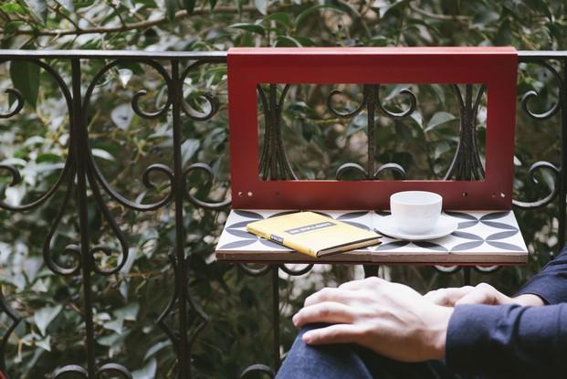 mesita para balcones en rojo hipster diariodesign