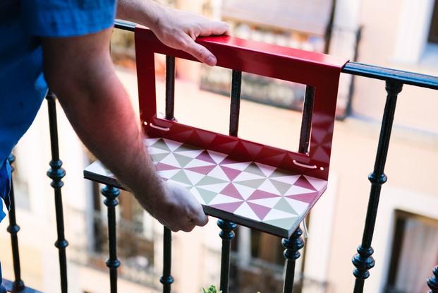 mesita manuela para terrazas y balcones con poco espacio en diariodesign