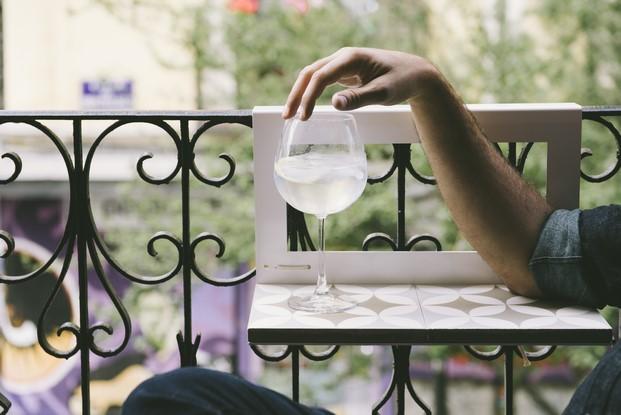 mesa de exterior pequeña para balcón con gintonic diariodesign
