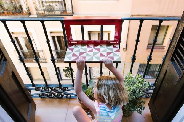 mesa pequeña para terrazas y balcones con sol en diariodesign