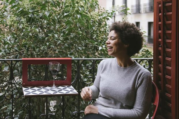 mesita para terrazas y balcones manuela con copa de vino diariodesign