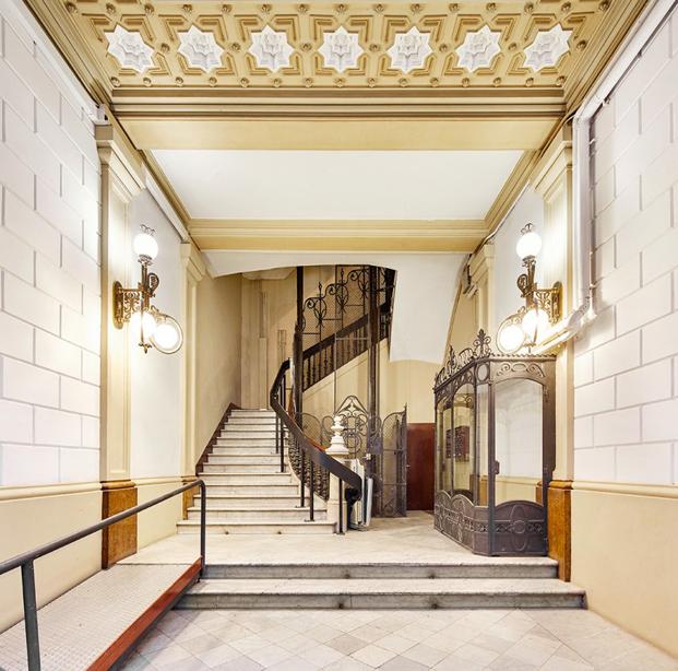 hall del aparthotel rehabilitacion en barcelona del disñador Tomas Lopez Amat y arquitecto Gorka Marcuerquiaga diariodesign