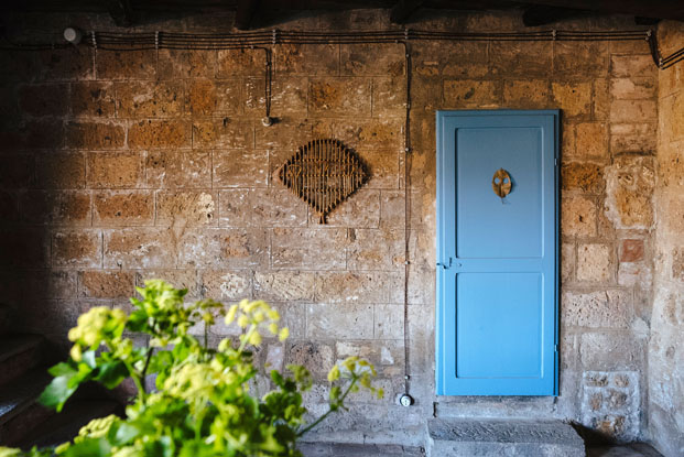 detalle puerta azul de la Casa del Artista Civita di Bagnoregio Italia diariodesign