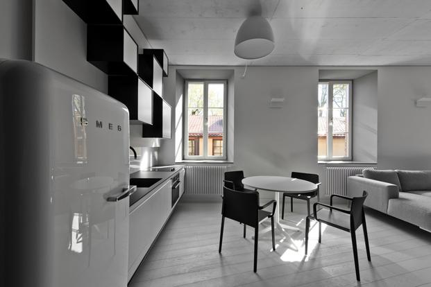 imagen cocina con nevera smeg del Bazillion Apartment de YCL Studio-en Lituania diariodesign