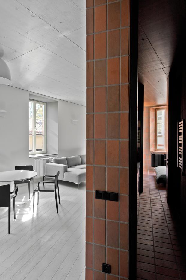 muebles blancos negros y grises en pequeno apartamento en lituania de YCL Studio diariodesign
