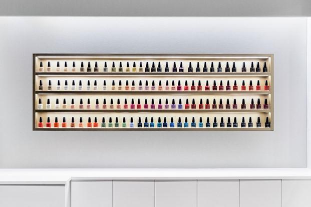mueble expositor de esmaltes de uñas en peluquería vanitas diariodesign