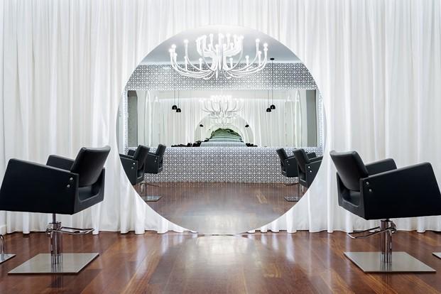 espejo circular en peluquería Vanitas Espai diariodesign
