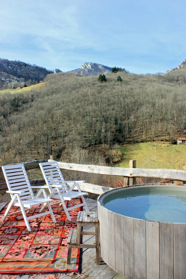 balcon con bañera nordica en ecohotel Tierra Del Agua diariodesign