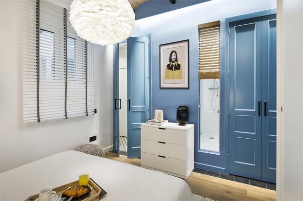 armarios azules en una Casa de Playa Urbana diariodesign