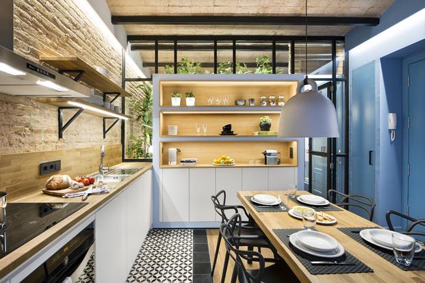 cocina blanca en una Casa de Playa Urbana diariodesign