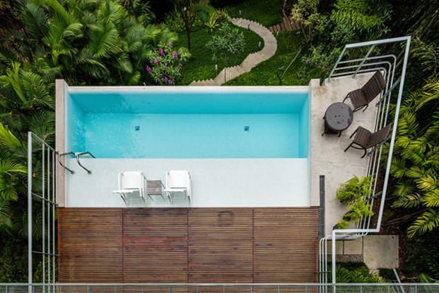 vista aerea piscina salon casa moderna en Ubatuba en Brasil diariodesign