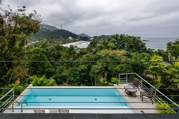 piscina salon casa moderna en Ubatuba en Brasil diariodesign