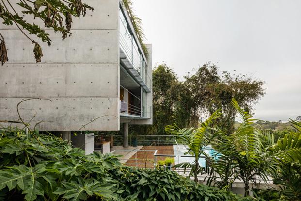 exterior casa moderna en Ubatuba SPBR Arquitectos Nelson Kon Brasil diariodesign