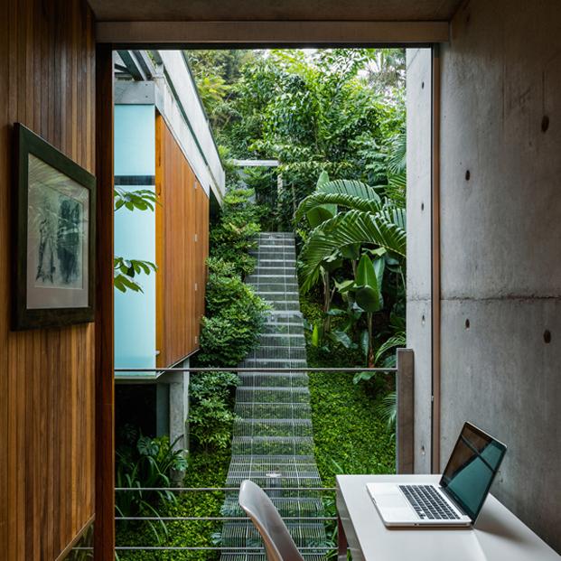 escalera salon casa moderna en Ubatuba en Brasil diariodesign