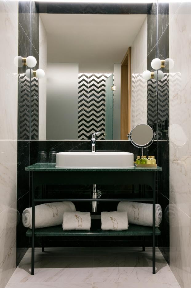 baño del nuevo hotel barcelo torre de madrid de jaime hayon en diariodesign