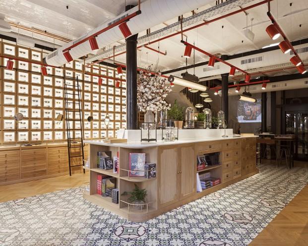 shop etnia barcelona con interiorismo de Lázaro Rosa Violan y pavimentos hidraulico en diariodesign