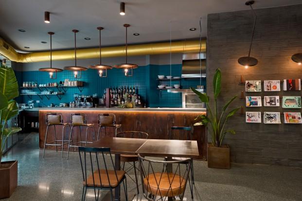 barra del bar restaurante gastrobar la manera de masquespacio en valencia diario design