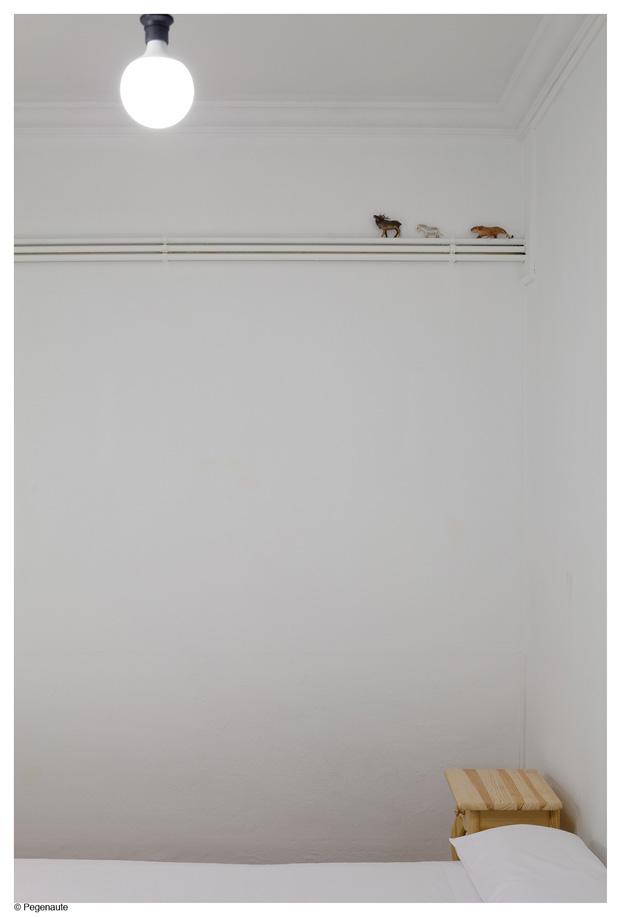 detalle dormitorio del hostal en barcelona Nikbor diariodesign