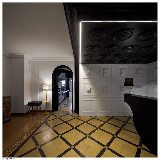 hall del hostal en barcelona y residencia de estudiantes Nikbor arquitectos Normal Estudio en el barrio de Gracia diariodesign