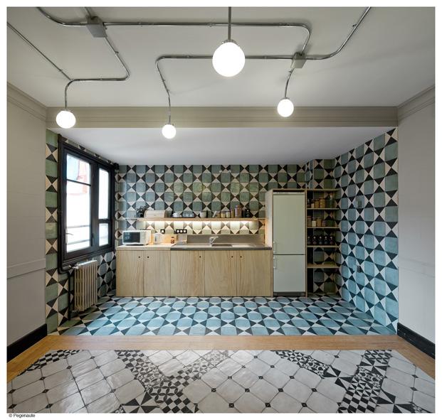 pavimento hidraulico de la cocina del hostal en barcelona Nikbor diariodesign