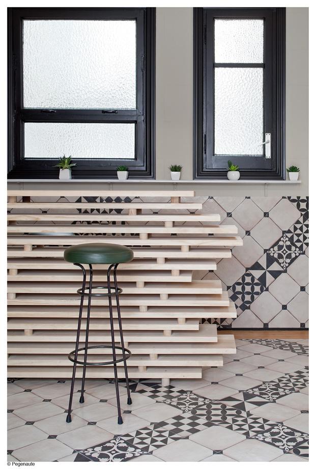 detalle de la barra con tableros de pino del hostal en barcelona y residencia de estudiantes Nikbor diariodesign