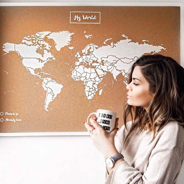 mapa mundi para viajar de corcho con marco blanco de miss wood