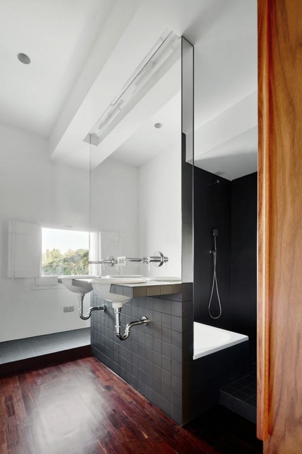 baño de una casa rehabilitada en cerdanyola por arquitectura g