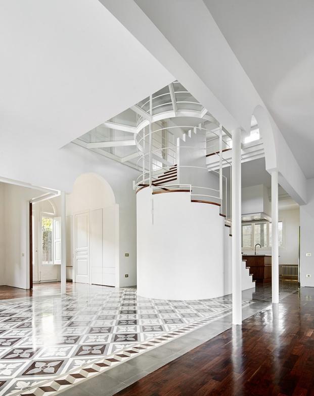 interior y escalera de una casa en cerdanyola rehabilitada por arquitectura g diariodesign