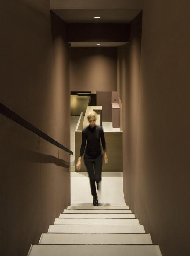 chica subiendo escalera del restaurante rice club en valencia
