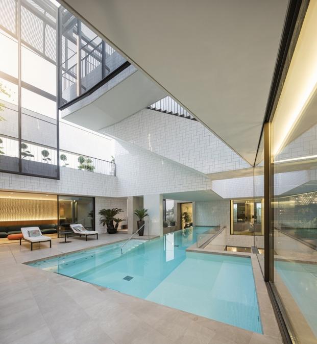 piscina de una casa con jardines por AGi architects diariodesign