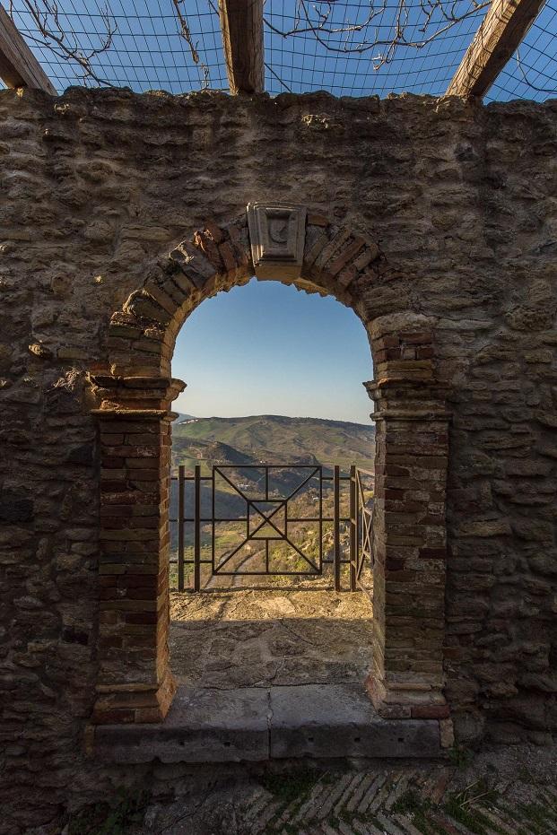 detalle castillo de Roccascalegna en italia concurso young architects diariodesign