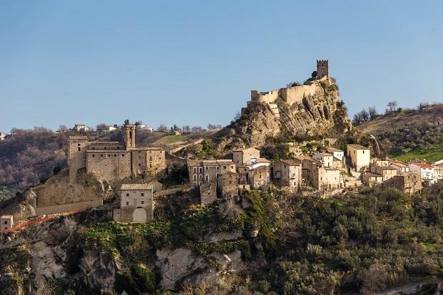 vista de la fortaleza de Roccascalegna para concurso de arquitectura de young architects diariodesign