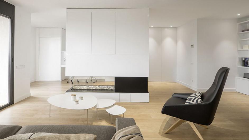 Pinceladas negras en un piso minimalista for Lampara de piso minimalista