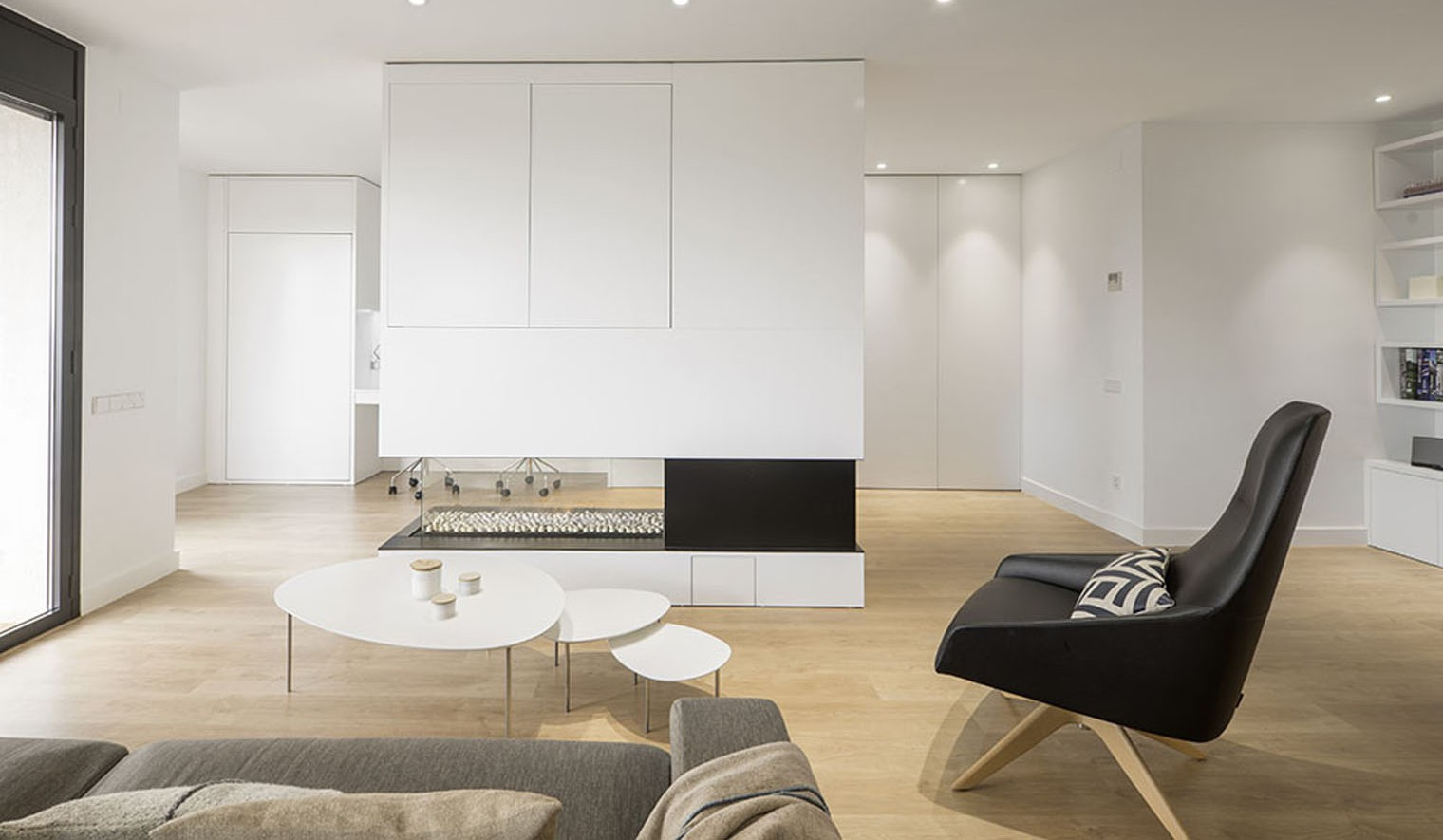 Pinceladas negras en un piso minimalista - Permiso obras piso barcelona ...