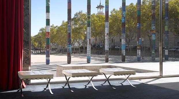 Columnas conmemorativas del 30 aniversario de la construcción del pabellón de Alemania en Barcelona finalista premios fad 2017
