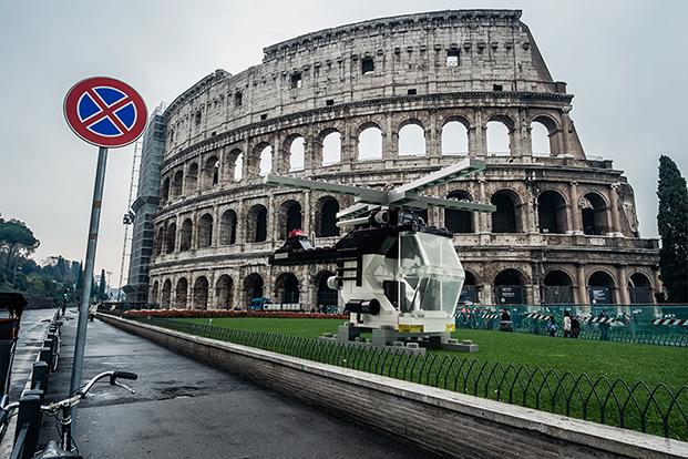 Coliseum Lego fotografia Fisher Price por domenico franco en Roma