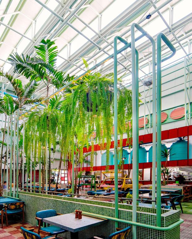 palmeras y musgo colgante en el interior del restaurante Saul Bistro de Taller KEN Guatemala diariodesign