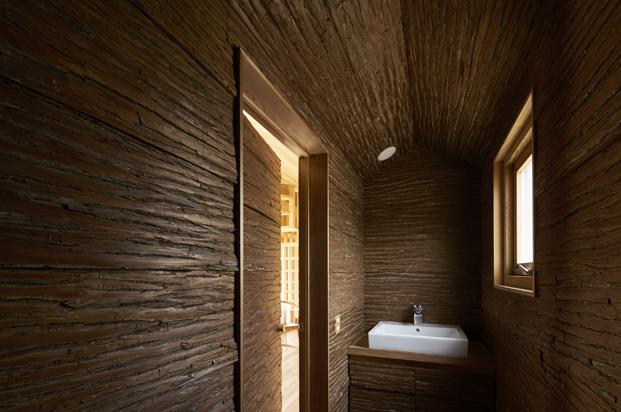 baño en Yoshino Cedar House casas airbnb en diariodesign