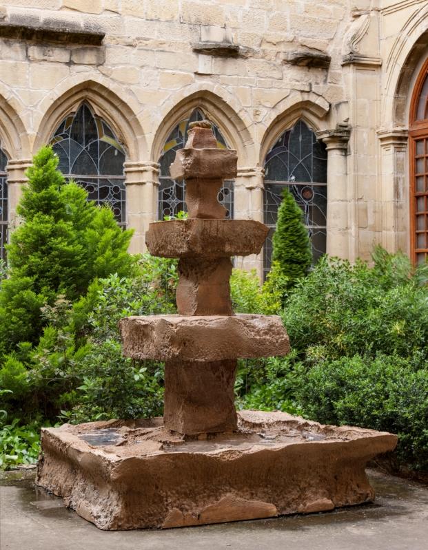 pieza de guillermo santoma en el claustro de santa maria de palacio en logroño en festival de arquitectura y diseño concentrico 03